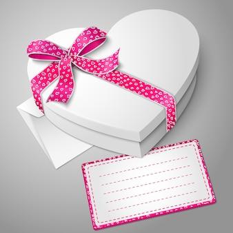 Boîte en forme de coeur blanc vierge réaliste avec ruban et noeud papillon