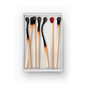 Boîte ouverte de différents matchs brûlés isolés, vue de dessus sur blanc