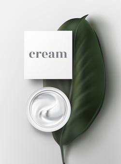 Bol de crème glacée à la mayonnaise sauce crème sure close up