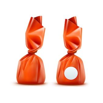 Bonbons au chocolat réaliste en emballage brillant orange close up isolé sur fond blanc