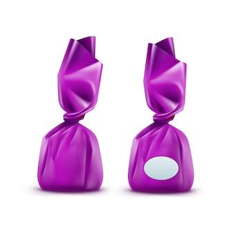 Bonbons au chocolat réaliste en emballage brillant purpule close up isolé sur fond blanc