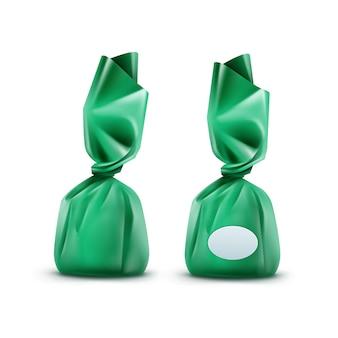 Bonbons au chocolat réaliste en emballage brillant vert close up isolé sur fond blanc