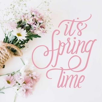 Bonjour calligraphie de printemps avec bouquet de fleurs blanches