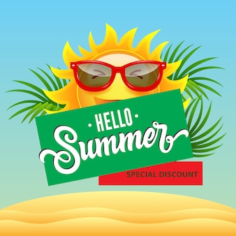 Bonjour l'été, affiche de réduction spéciale avec dessin animé souriant soleil en lunettes de soleil, feuilles tropicales
