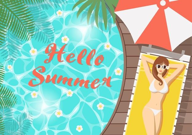 Bonjour femme d'été sur le pont de la piscine