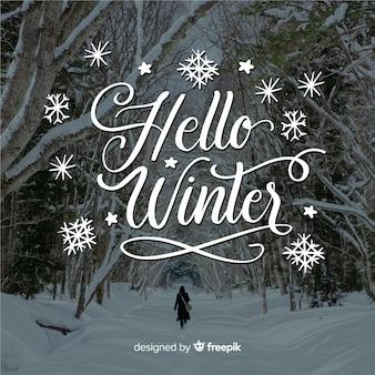Bonjour lettrage d'hiver avec forêt et neige
