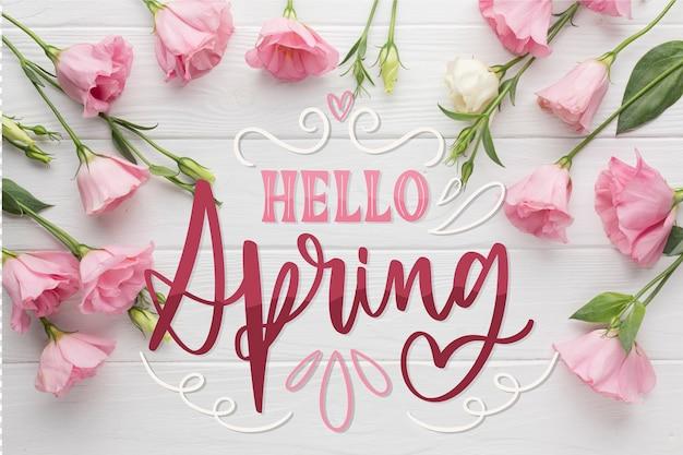 Bonjour lettrage de printemps avec de belles roses roses