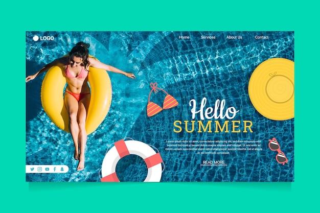 Bonjour page de destination d'été avec une femme dans la piscine