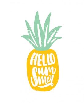 Bonjour slogan d'été écrit à la main avec un élégant script calligraphique sur l'ananas. composition d'été moderne avec des fruits exotiques tropicaux.