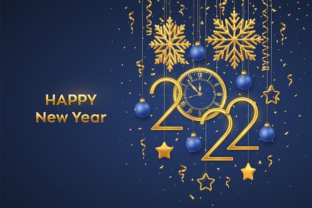 Bonne année 2022. chiffres métalliques dorés 2022 et montre avec chiffre romain et compte à rebours minuit, veille du nouvel an. étoiles dorées suspendues, flocons de neige, boules sur fond bleu. illustration vectorielle.