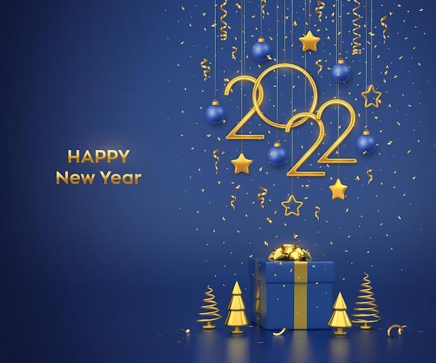 Bonne année 2022. numéros métalliques dorés suspendus 2022 avec étoiles, boules et confettis sur fond bleu. coffret cadeau et pin ou sapin métallisé doré, épinette conique. illustration vectorielle.