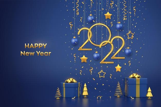Bonne année 2022. numéros métalliques dorés suspendus 2022 avec étoiles, boules et confettis sur fond bleu. coffrets cadeaux et pins ou sapins métalliques dorés, sapins coniques. illustration vectorielle.