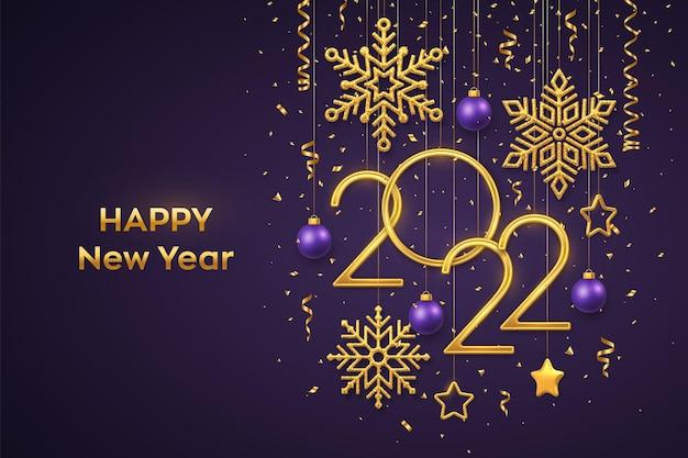 Bonne année 2022. numéros métalliques dorés suspendus 2022 avec des flocons de neige brillants, des étoiles métalliques 3d, des boules et des confettis sur fond violet. modèle de carte de voeux ou de bannière de nouvel an. vecteur.