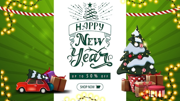 Bonne année, jusqu'à 50 de réduction, voeux vert et bannière de réduction avec beau lettrage, guirlandes, arbre de noël dans un pot avec des cadeaux et une voiture vintage rouge portant un arbre de noël