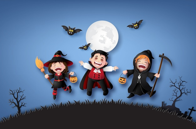 Bonne fête d'halloween avec des enfants du groupe en costumes d'halloween.