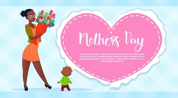 Bonne fête des mères, femme tenir des fleurs bouquet bouquet de vacances printemps carte de voeux bannière