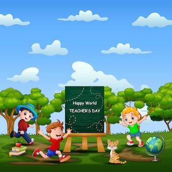 Bonne journée mondiale des enseignants sur le signe avec des enfants heureux jouant