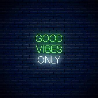 Bonnes vibrations uniquement - expression d'inscription au néon rougeoyante. citation de motivation dans le style néon. illustration vectorielle.