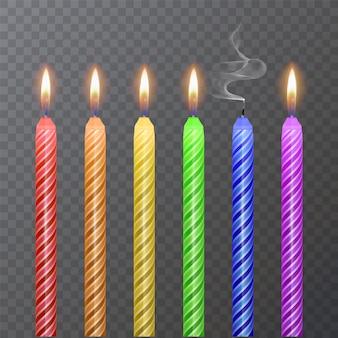 Bougies colorées de gâteau d'anniversaire. bougies avec des flammes brûlantes