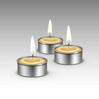 Bougies dans les chandeliers en métal.