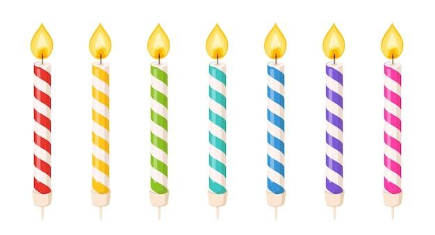 Bougies de gâteau d'anniversaire avec flamme de feu et bandes en spirale colorées. petits bâtons de cire avec mèche brûlante isolés sur fond blanc. jeu de dessin animé de vecteur de bougies pour la fête de vacances