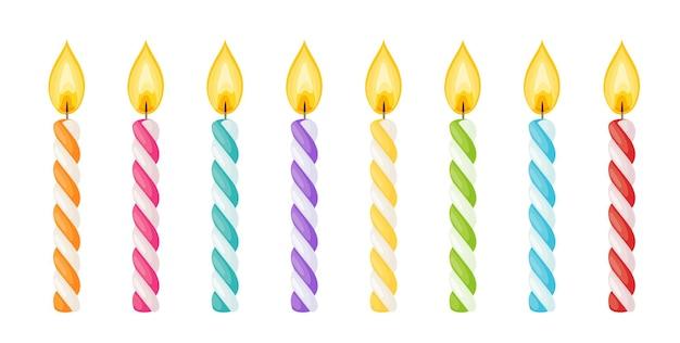 Bougies de gâteau d'anniversaire avec flamme de feu. bâtons de cire en spirale avec mèche brûlante isolé sur fond blanc. ensemble de dessin animé de vecteur de bougies à rayures colorées pour la fête de vacances ou la célébration de noël