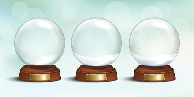 Boule à neige en verre vide et souvenirs de noël avec de la neige sur fond de vacances d'hiver