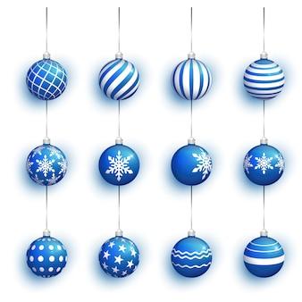 Boule de noël bleue isolée sur blanc.