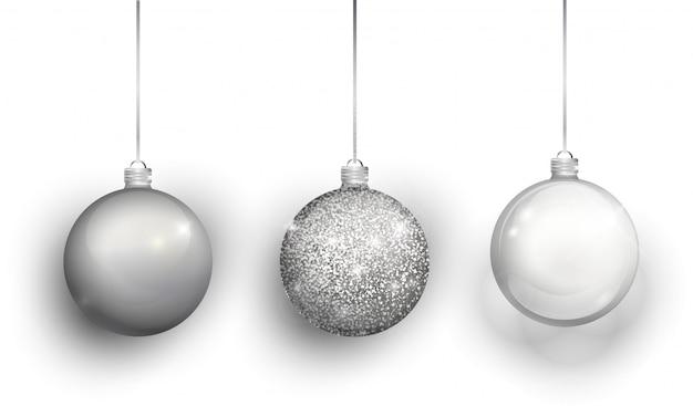 Boule de noël or isolé sur fond blanc. stockage des décorations de noël.