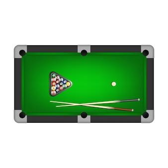 Boules de billard, triangle et deux queues sur une table de billard.