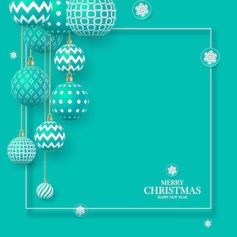 Boules de noël doucement vertes avec des motifs géométriques et des flocons de neige. abstrait de noël aux couleurs pastel. une place pour votre texte.