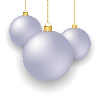 Boules de noël isolées couleur argent sur fond blanc.