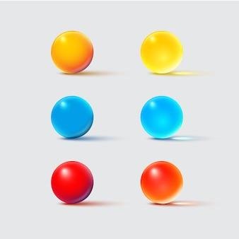 Boules de verre de couleur isolées sur gris.