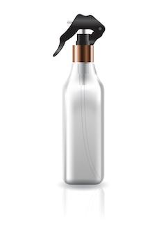 Bouteille carrée claire cosmétique vide avec la tête de pulvérisation noire.