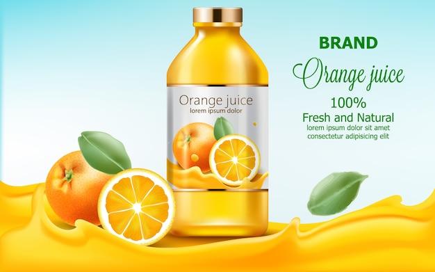 Bouteille de jus frais et naturel immergé dans un extrait d'orange qui coule