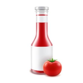 Bouteille de ketchup de tomate rouge brillant en verre blanc pour la marque avec étiquette et tomate fraîche isolée
