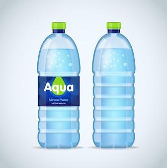 Bouteille réaliste avec de l'eau bleue propre