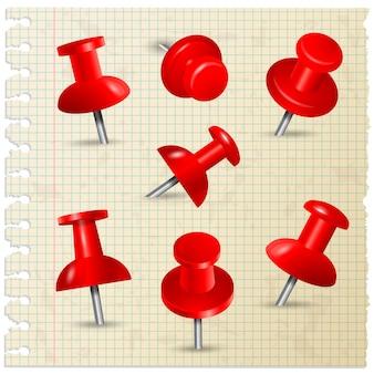 Broches rouges. les punaises poussent des notes de papier à bord de la collection d'articles de papeterie.
