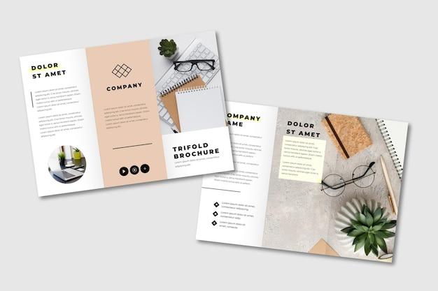 Brochure minimale à trois volets avec plantes succulentes