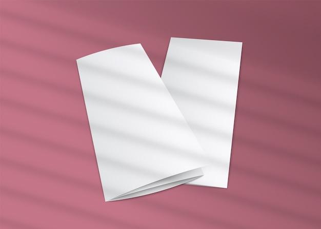 Brochure à trois volets vierge avec superposition d'ombre de stores à rayures sur fond rose - réaliste de flyers en papier blanc,