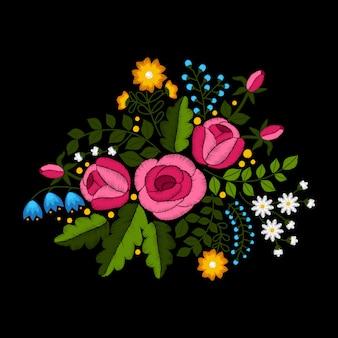 Broderie de fleurs sauvages et de roses sur fond noir.