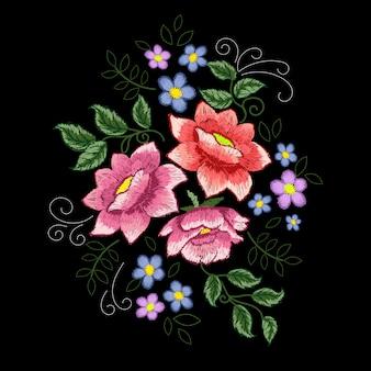 Broderie de roses de chien et de fleurs bleues sur fond noir.