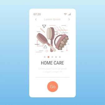 Brosses en bois pour le corps sec massage anti-cellulite traitement de la cellulite brossage à sec concept de soins de la peau écran de smartphone application mobile copie espace