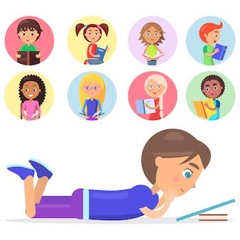 Brunette garçon allongé sur le sol et la lecture du livre bleu, enfants intelligents avec la littérature de la couleur sur les petites icônes vector illustration isolée sur blanc.