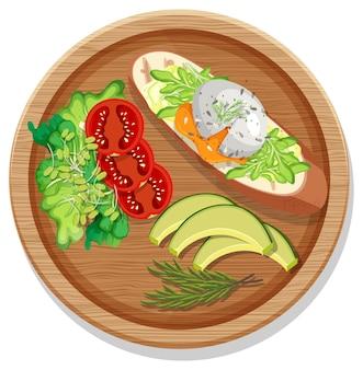 Bruschetta avec divers légumes sur une assiette ronde isolée