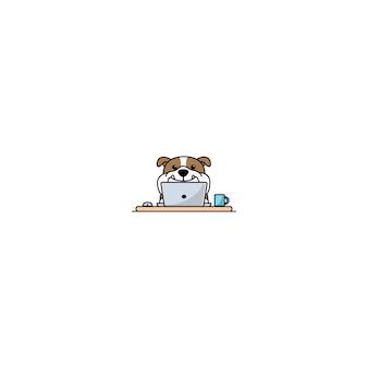 Bulldog anglais mignon travaillant sur un ordinateur portable