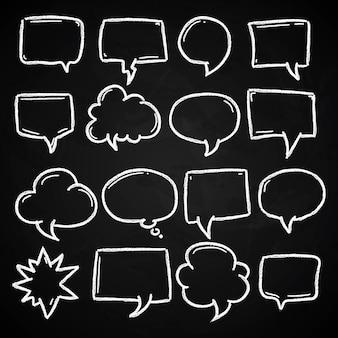Bulles de discours dessinés à la main craie sur tableau noir
