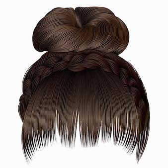 Bun avec tresse et frange. poils bruns de couleurs claires.