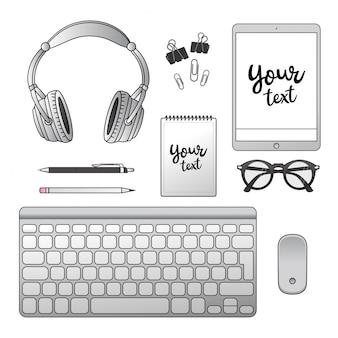 Bureau. bloc-notes, casque, ordinateur portable, clavier, souris d'ordinateur, stylo, crayon, lunettes, trombone.