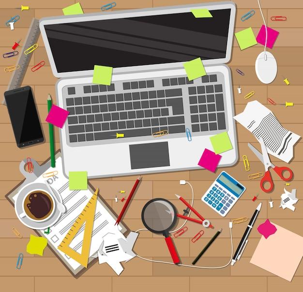 Bureau en bois de désordre créatif. chaos sur table